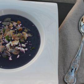 Crema di cavolo cappuccio viola, feta greca e mandorle