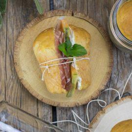 L'ora del tè – Rooibos e babà salati al prosciutto e melone