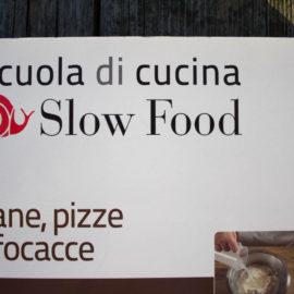 Il libro del mese. Pane, pizze e focacce. Scuola di cucina di Slow Food.